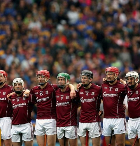 the-galway-team-stand-for-the-national-anthem-2-752x501